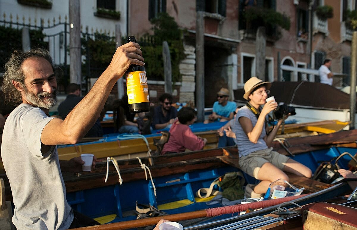 Cheers! while waiting for the last race of the Regata Storica 2018 on the Grand Canal.